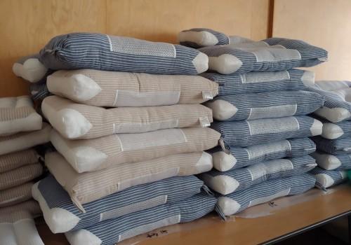 베개가 쌓여있는 모습