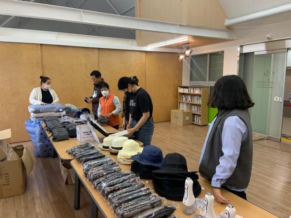 복지관 큰방에서 미니장터를 이용하는 직원들 모습