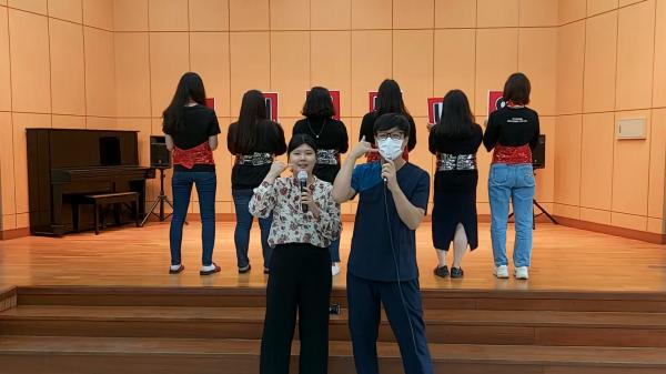 직원들이 강당위에서 즐거운 모습으로 페스티벌에 임하는 사진