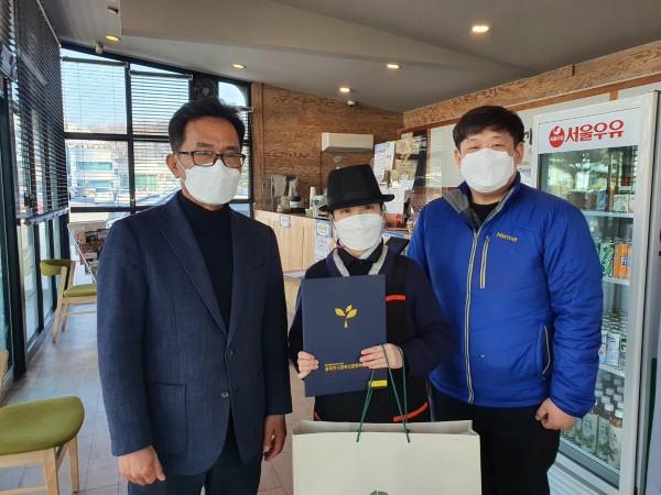 왼쪽에 관장님, 가운데 카페직원 김소리, 오른쪽에 김성빈팀장이 감사장수여 후 기념촬영을 하고 있습니다.